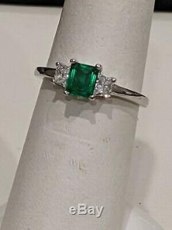 Platinum Emerald and Trapezoid Diamond Ring. Very Fine Quality. Natural Gemstone